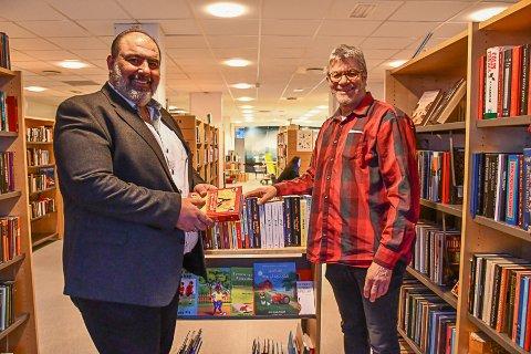 Mehiar Qaddowri  og Peter Svalheim med bibliotekets nye tilbud til fremmedspråklige.