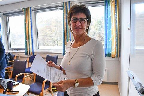 Ordfører Marianne Landaas (H) med brevet hun har sendt til politimester Kirsten Lindeberg.