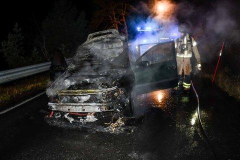 Bilen ble totalt slukt av flammene.