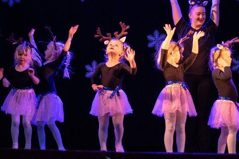De minste aktørene leide hverandre ut på scenen, danset og sjarmerte.