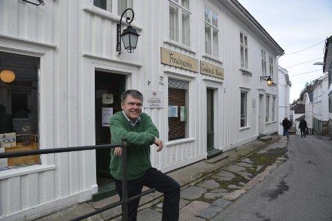 Sommerstengt her? Forvaltergården i Tvedestrand ble bygget for Næs Jernverks magasinforvalter. Her er museets historiker og forsker Gunnar Molden foran bygget. Arkivfoto