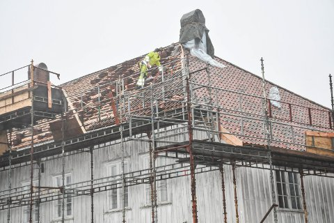 Her jobbes det på det 400 kvadratmeter store taket.