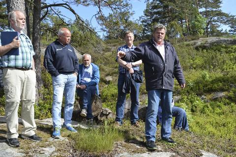 Befaring: Politikerne i teknikk, plan og naturkomiteen var på befaring i Askerøybukta i 2017. Her forklarer Bertrand Marcussen (t.h) om parsellen han vil fradele og bebygge med fritidsbolig.