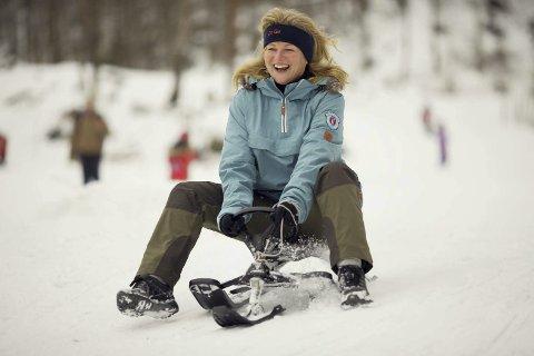 La aldri kjelken på hylla: Martha M. Hansen liker fortsatt å hive seg utpå når et er godt vinterføre i Tvedestrand. Da hun var barn, kunne de renne på kjelke fra Høyheia til brygga. Foto: Atle Goutbeek