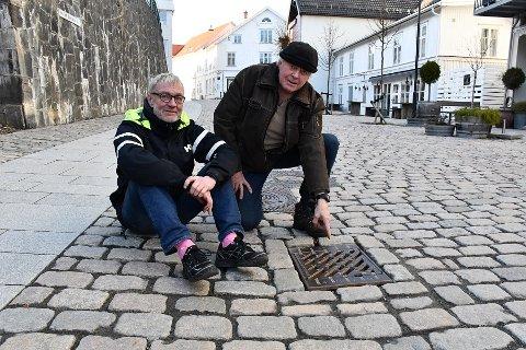 Jens Ove Kristiansen (tv) skvetter hver gang det smeller, og har full forståelse for at de løse kumristene må være plagsomme for Tor Erik Nævestad.