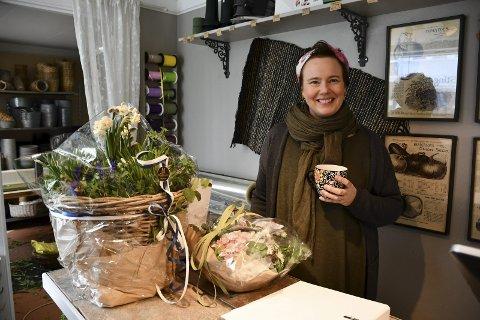 Kortreist vikar: Tvers over veien for Siri Brodersens egen butikk ligger Møllebekken Blomster. Her får hun lov til å bidra av og til, og hun er veldig glad for det. Hun er nemlig utdannet blomsterdekoratør, og har drevet to blomsterbutikker i Oslo tidligere. Foto: Siri Fossing