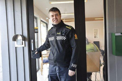 Morten Tobiassen er ansatt som politikontakt i Tvedestrand, og vil gjerne være fleksibel slik at folk kan treffe ham selv om kontordøra er stengt.