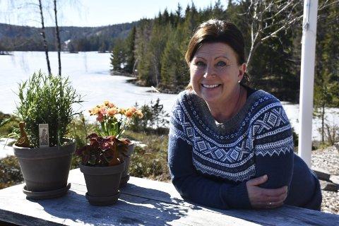 Lauvvika: På en odde ved Haukenesfjorden i Vegår ligger hjemmet til Heidi og Hans Nordstrøm. Huset ligger usjenert til, med god plass både inne og ute. Heidi driver blosterbutikk, og nå kommer sesongen hvor hun virkelig skal boltre seg ute. Foto: Siri Fossing