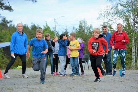 TOPP INNSATS: Ole E. Hushovd (t.v) og Vetle Johansen i fullt firsprang mot målstreken. Det ble et jevnt løp. Guttene er blant de eldste deltakerne.