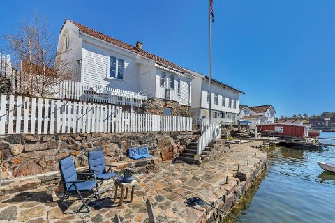 Nytt sommerhus? Hvis du blar opp rundt 12 millioner kroner, kan gamle Tollboden i Lyngør bli ditt.