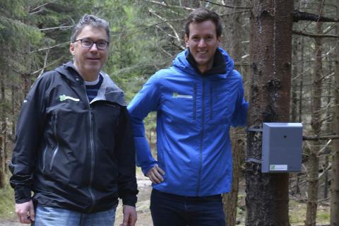 Ramsdalen: Geir Henning Waagsnes og Eirik Dobbedal i Friluftsrådet Sør ved telleapparatet som noen har fjernet. Den som finner det, får 2.000 kroner i dusør. Arkivfoto
