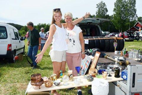 HADDE SALGSUKSESS: Datter Kristina og mamma Laila Nylund fra Selåsvatn var nybakte forretningsdamer med salgssuksess under fjorårets Bagasjeromsmarked på Simonstad (Foto: Åmliavisa).