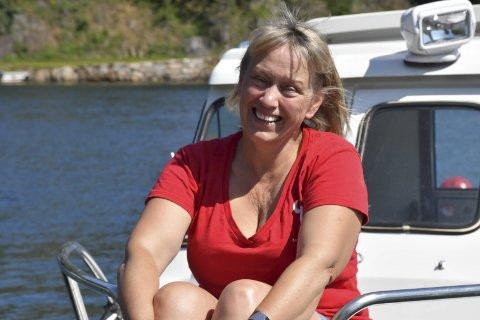 På jobb for andre: Anette bor på Lyngør og jobber som sykepleier i Arendal. Mye av sommerferien går med til Kystkulturuka og da bor hun på Furøya. Hun har mange oppgaver, blant annet holder hun styr på de rundt 100 frivillige. Foto: Siri Fossing