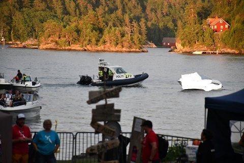 Politiet har fullt fokus på Tvedestrand i kveld, både til vanns og på land. Her ved Furøya, der en båtfører ble sjekket opp tidligere i kveld.
