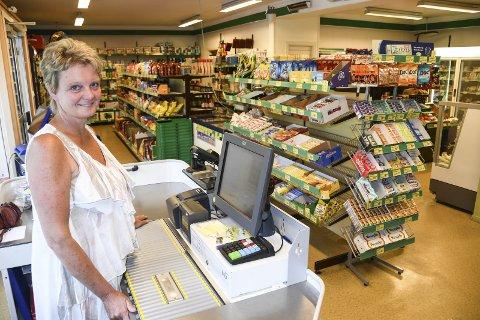 Selvstendig: Ina driver en av Sørlandets aller minste dagligvarebutikker, og hun er ikke med i noen butikkkjede. I fjor ble denne butikken kåret til Årets nærbutikk i Agder.