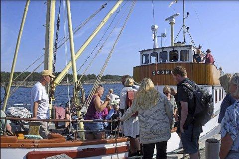 Populært: Det var kø av mennesker som ville være med på medlemsturen med «Søgne» fra Holmesund. Foto: Skibsaksjeselskapet Hesvik