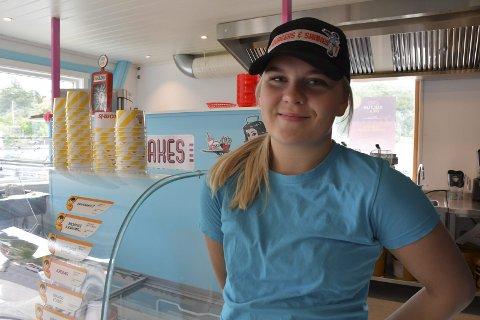 En dose amerikansk kultur og mat på brygga:  Lina Solfjeld Olsen jobber på brygga i  Sagesund. Der serverer hun ekte amerikansk junkfood til alle som sjesser på det, enten de kommer landveien eller sjøveien.   Foto: Siri Fossing