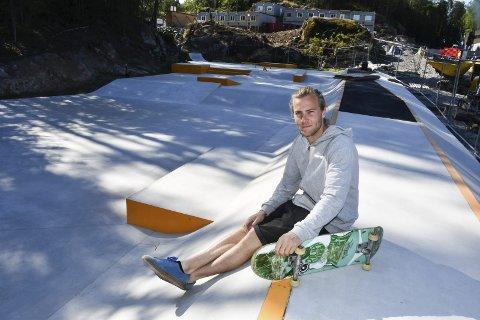 Skatepark: Prosjektingeniør i Tvedestrand kommune, Andreas Grimsland, som selv skater, sier skateparken nå er åpen for bruk.