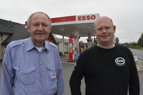 Tredje og fjerde generasjon: John Peder Madsen (66) og Magne Ingolf Madsen (43) trives med å ha Esso i ryggen når de skal drive bensinstasjon. - Esso har eksistert i 125 år i Norge, påpeker Magne Ingolf. I år feirer stasjonen 100 år. Foto: Siri Fossing
