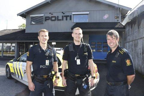 I patruljen: Politibetjentene Arild Braatlund Larsen og Vegard Sundsli er blant dem som kjører patrulje i Tvedestrand, selv om de har Risør som sitt oppmøtested. Her er de sammen med politikontakt i Tvedestrand, Morten Tobiassen. Foto: Øystein K. Darbo