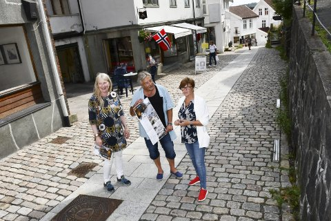 Prisutdeling: Landskapsarkitektene Sunniva Schetne og Alf Støle fikk onsdag omvisning av Anne Torunn Hvideberg som er næringssjef i Tvedestrand. Foto: Marianne Drivdal