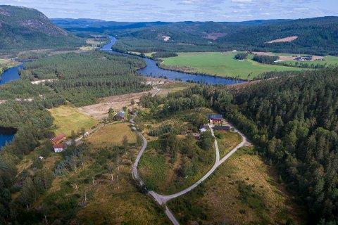 - Samtidig som det ligger landlig er det likevel nærme både skoler og by, sier megler Stian Larsen i Eiendomsmegler1.