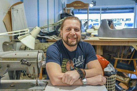 Allsidig: Sergej Grindenko har både butikk og verksted. Han utfører småreparasjoner og lager alle mulige skinnprodukter - fra bokomslag og vesker til komplette bilinteriører. Puter og kalesjer til båt er også populære salgsartikler. Favorittoppdraget er bilinteriør, men Sergej liker variasjon. - Mange er også glade for å ha et sted som kan fikse småting, sier han.Foto: Mette Urdahl Storm