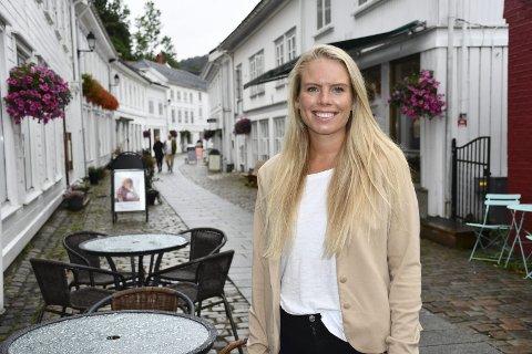I hjembyen:  Kristin Kollbær har jobbet i flere år som eiendomsmegler i Oslo, men nå har hun og samboeren flyttet til i Tvedestrand. Kristin er ansatt hos Sørmegleren i andre enden av gågåta. Foto: Øystein K. Darbo