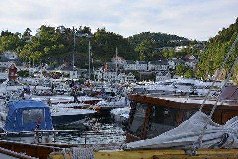 Folkefest: Tvedestrandsregattaen er kjent for å være en folkefest, med havna og fjorden full av publikum. Nå blir det spennende å se hvordan sommerens versjon blir.