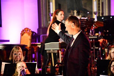 Dirigent Rune Hansen gir honnør til musikerne i Tvedestrand Musikkorps etter den vellykkede konserten i Tvedestrand kirke søndag kveld.