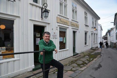 Pensjonist: Om en måned og 15 dager går Gunnar Molden av med pensjon. Her foran Forvaltergården i byen som også er en del av Næs jernverksmuseums ansvarsområde.