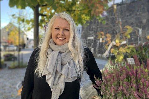 Nytt fjes: Anne Berit Damgård er ny butikkdame på Møllebekken blomster. Hun bobler over av ideer og innspill, men sier hun må roe seg litt ned, så ikke sjefe Liv Holt blir helt skremt i starten. Foto: Marianne Stene