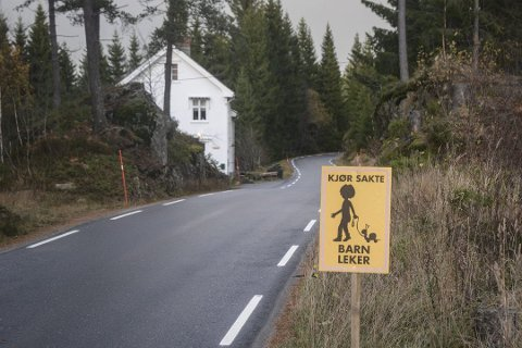 Her ved Nærestad og mesteparten av fylkesvei 416 mellom Myra og Akland er det ganske smalt og svingete. Det ventes en  trafikkøkning på denne veien når ny E18 kommer nærmere Vegårshei. Arkivfoto