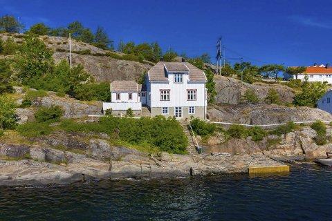 Ytre Steinsøya 3: Solgt for 8 millioner kroner til et eiendomsutviklingsselskap fra Hamar. Selgerne er svigerinnene Astrid og Eli Pedersen, som begge er bosatt i Lyngør. Foto: Raadhuset Eiendomsmegling