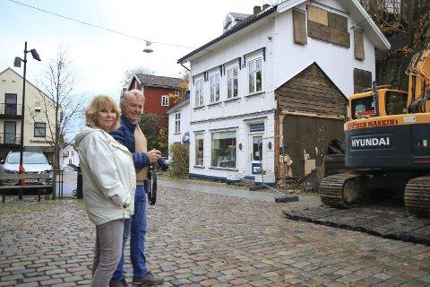 To gode naboer: At det dunker litt i stueveggen gjør ingenting for Wenche Wiborg og Tor Erik Nævestad. – Det er jo bare for en liten periode, sier de. Dessuten; strikke kan Wenche gjøre en annen dag. De tar seg heller en tur ut på gateplan for å følge med på (og dokumentere) arbeidet som nå utfører på nabotomta.