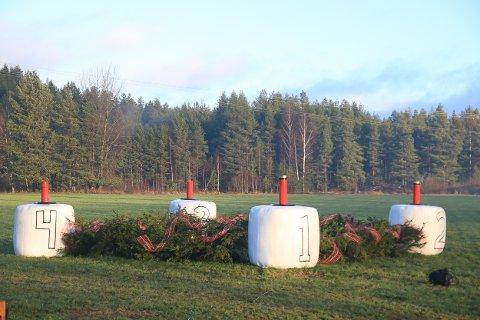Fire store «kubbelys» og en adventskrans er fint dandert på jordet ved fylkesveien på Simonstad. Foto: Marianne Stene.