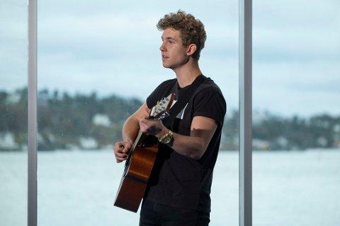 Kristian Haugstøyl fra Åmli kom seg videre også i begge Idol-sendingene som han var med på fredag kveld. Her synger han på audition i Arendal. Foto: Tor Erik Schrøder/TV 2