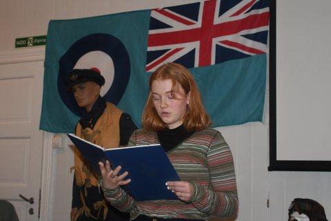 Tomine Torp leste beretningen om krigsdramaet som endte med at et fly styrtet på Langang 22. februar 1945. Hun leste også et dikt av Nordahl Grieg.