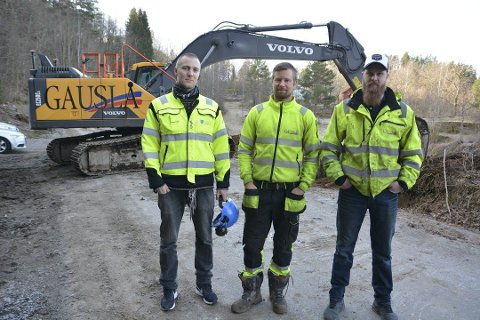 Veiarbeid: Bakkevei vil bli stengt fra tirsdag kommende uke. Fra venstre Andreas Grimsland i kommunen, Ronny Dalheim (formann, Gauslå) og Kristian Gauslå Halvorsen.