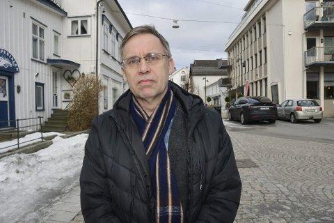 Kommuneoverlege Hans Tomter sier at de nye retningslinjene fra regjeringen blir tema på morgendagens kriseldermøte.