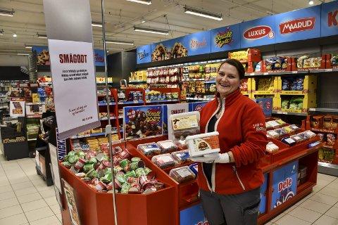 Europris: Assisterende butikksjef i Tvedestrand, Monica Ellevsen, med noe av smågodtet, som nå må kjøpes i hele bokser. Foto: Marianne Drivdal