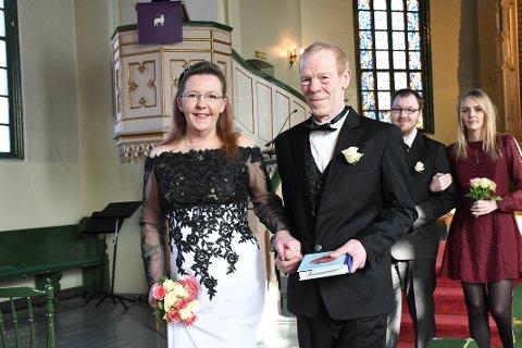 Elisabeth Finstad og Johnny Barø på vei ut av kirken som nygifte. Bak kommer brudens sønn og datter, Leif Arild Finstad og Inger Helene Finstad, som trådte til som forlovere. Foto: Øystein K. Darbo