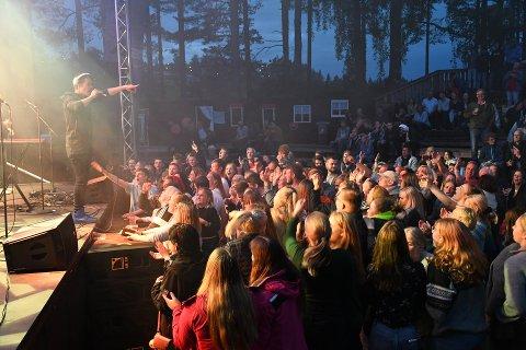 Det var tett foran scenen da Donkeyboy opptrådte på Heimover-festivalen i fjor. I år blir det ingen festival, men arrangørene er allerede i gang med å planlegge for neste år. Arkivfoto