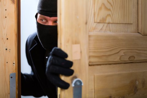 Politiet har sikret seg videobilder av en innbruddstyv som i går kveld tok seg inn i ei hytte på Askerøya. Illustrasjonsfoto