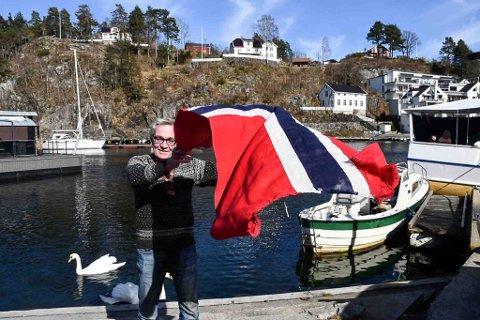 Kjører ut fra Søgnebrygga: Jens Ove Kristiansen, som er leder av 17. maikomiteen i Tvedestrand er klar på at det blir et maritimt 17. maitog på nasjonaldagen.