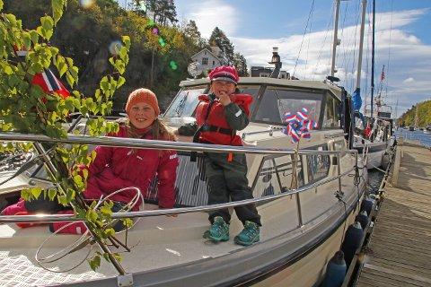 Rosarussen Alexander (5) sammen med storesøster Aurora (9).