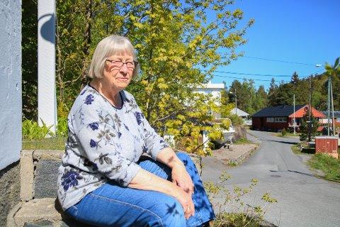 HVORFOR?: Margrethe Møller undres over hvorfor parkeringsvakta i Tvedestrand stadig skriver ut bøter for biler som står parkert i Brunåsbakken.