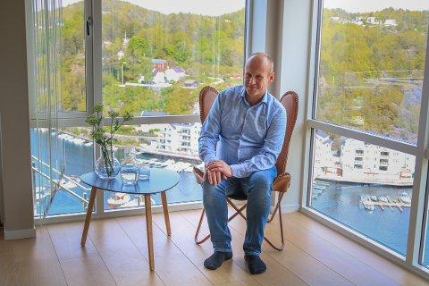 SNART SALG: John Gunnar Haugenes har gjort mye av jobben med å bygge den enorme villaen i Bakkevei, selv. Nå selger han funkisboligen for å bo i Oslo sammen med kona Ilana Padilha de Almeida.