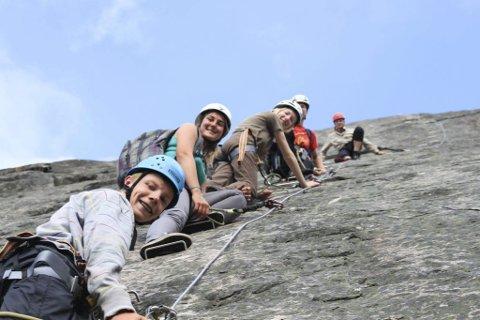 Organiseres: Nybegynnere som vil forsøke fjellklatring, kan hekte seg på en organisert gruppe. Det lokale reiseselskapet i Åmli, Visit Wilderness, har i mange år arrangert Via Ferrata-turer i Trogfjell. Foto: Visit Wilderness