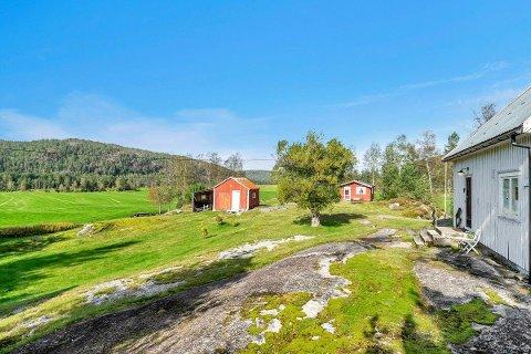 Seks mål: Uthus og utedo, bolighus og en romslig tomt. Det kan du får kjøpt på Simonstad i Åmli.